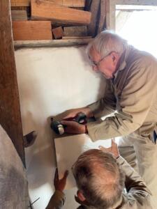 Jaap en Harry bevestigen EHBO-kast